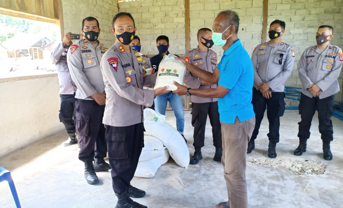 Kapolres Buol AKBP. Dieno Hendro Widodo,SIK dalam Kegiatan penyaluran Bansos dari Mabes Polri